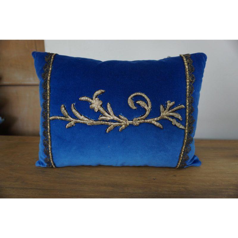 pair-of-custom-metallic-appliqued-pillows-by-melissa-levinson-8633
